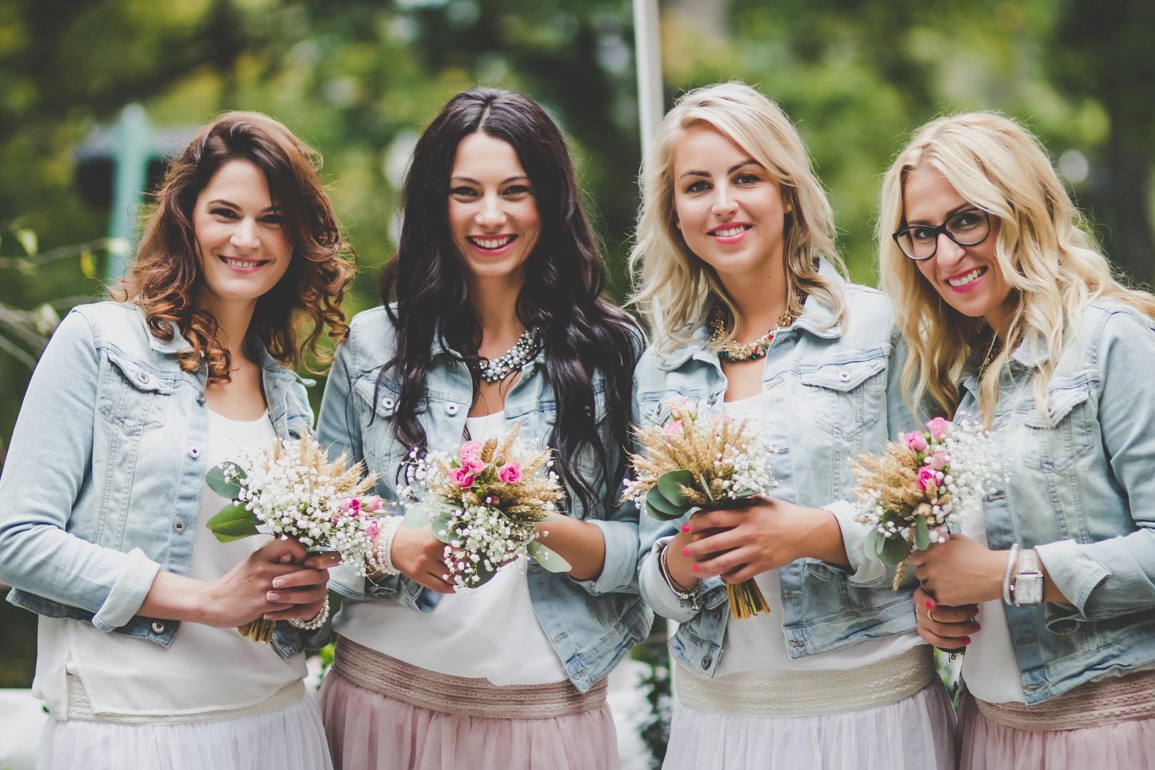 843049447c9c Ať už se nevěsta rozhodne obléci družičky do stylových modelů nebo  kamarádky překvapí nevěstu doprovodem ve stejných šatech